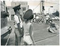 1978年9月30日限りでの全線廃止を前に、京都市交通局の烏丸車庫で運転士の帽子を借りて記念撮影をする家族連れ=1978年撮影