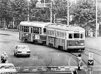 京都市電廃止を前に、お色直しして1800型電車に引かれて烏丸車庫へ向かう保存車両の500型電車505号車(後ろ)=1978年9月26日撮影