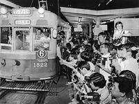 夜の国鉄京都駅前の市電乗り場で発車する電車に別れを惜しむ人たち。停車するのは6号系統烏丸車庫行き1800型電車1822号車=1978年9月30日撮影