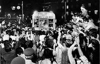 京都駅前停留所に入る6号系統(京都駅前-烏丸車庫前)の最終電車をひと目見ようと電車の回りを埋め尽くした人たち=1978年9月30日撮影。京都市電で最後まで残った外周線(外郭線)と河原町線、七条線の残存