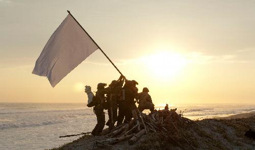 写真:「海の幸・戦場の頂上の旗」(2010年)の一場面