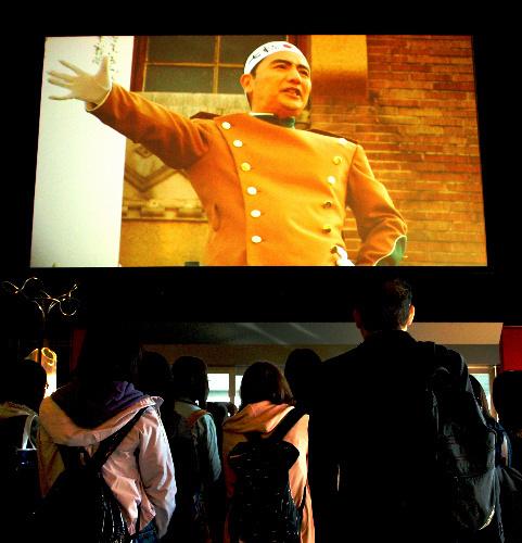 写真:ホールの大画面で上映されている「烈火の季節/なにものかへのレクイエム(MISHIMA)」(2006年)