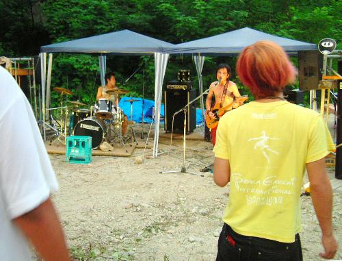 写真:「なんとかフェス」のステージは地べたに畳。演奏が終わると急に静寂に包まれ、虫の声と川の流れが聞こえてくる
