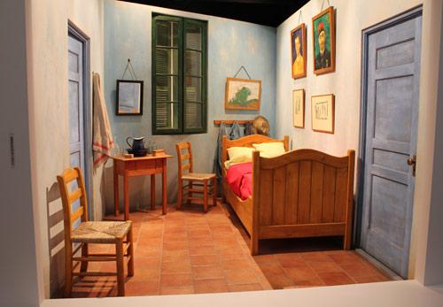 写真:原寸大で再現された「アルルの寝室」。制作は、ドラマ「JIN−仁」「ミスターブレイン」「華麗なる一族」などの美術を手がけたTBSの青木ゆかり美術プロデューサーのチーム