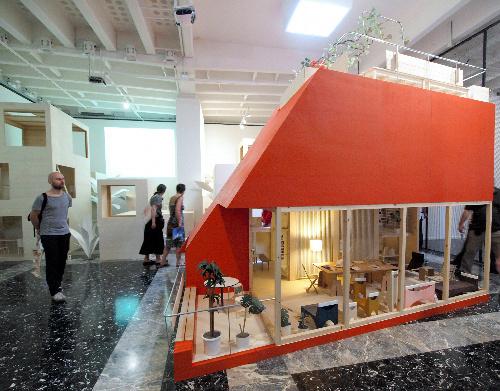 写真:ベネチア・ビエンナーレ国際建築展の日本館の展示=伊・ベネチア市、大西写す