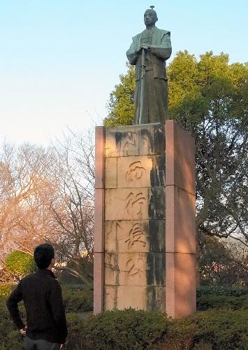 写真:居城の跡に立つ小西行長の銅像。「極悪人」との反発でトタン板で覆われていたこともある=熊本県宇土市