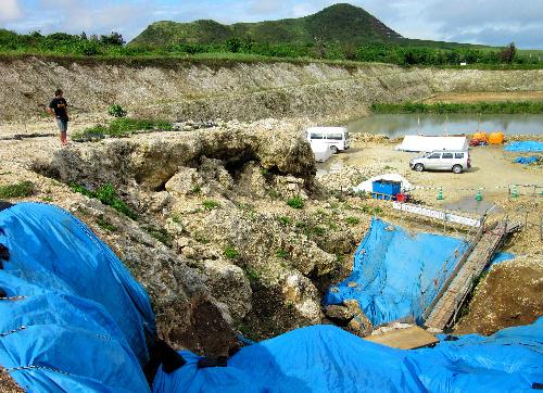 写真:旧石器時代人骨が出土し、再調査が行われた白保竿根田原洞穴=沖縄県石垣島