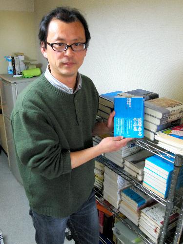 写真:佐藤泰志作品集をはじめ、文弘樹さんは40冊ほど出してきた。「大きなもうけはなくても、心に刻まれるものを」=東京都内