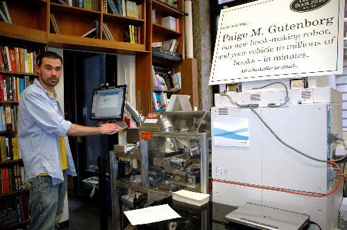 写真:ハーバード・ブックストアでフル回転するマシン=米ケンブリッジ、高重写す