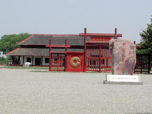 写真:中国考古学の原点ともされる殷墟遺跡。後ろの建物は「宮殿」と考え復元された=塩沢裕仁さん提供