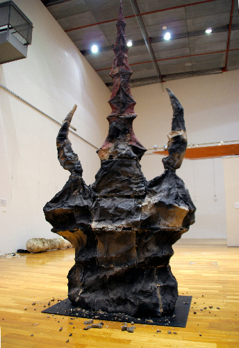 写真:地震の影響で一部が崩れ落ちた彫刻作品