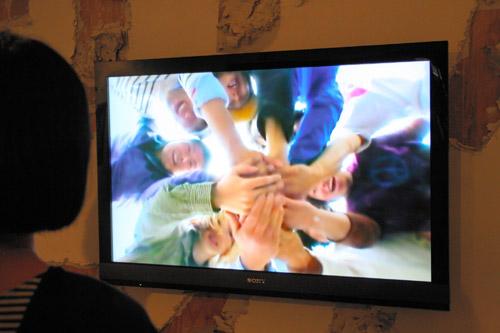 写真:チン↑ポムの映像作品「気合い100連発」