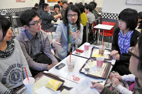 写真:ファストフード店で開かれた「仙台哲学カフェ」=仙台市宮城野区