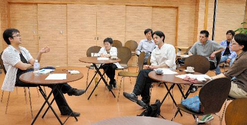写真:渡部純教諭(左)の進行で開かれた「てつがくカフェ@ふくしま」=福島市置賜町
