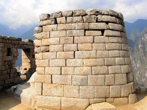 写真:隙間が目立つようになったマチュピチュ遺跡の「太陽の神殿」(西浦忠輝さん提供)