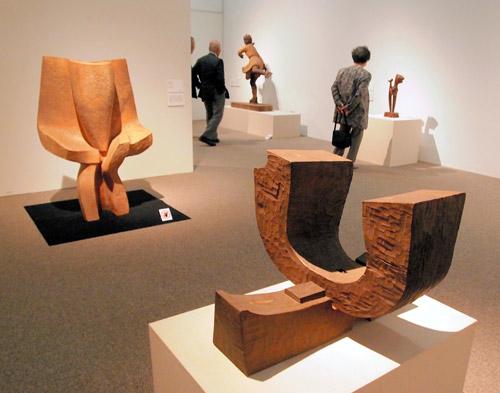 写真:江口週「鍬形の碑-NO.5」(手前)や植木茂「トルソ」(左)など抽象的な木彫もそろう=愛知県碧南市