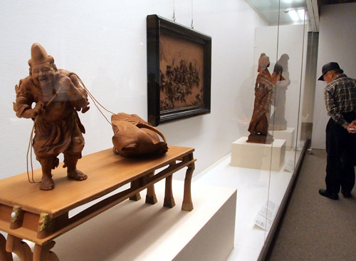 写真:荒川亀斎「時代主置物」(1893年、手前)は台までつく=愛知県碧南市
