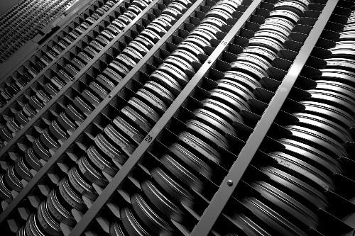写真:〈集積〉東京国立近代美術館フィルムセンター相模原分館は、6万3千本の映画フィルムをアルミ缶に入れて所蔵している。室温5度、湿度40%という空調管理のもと、フィルムは化学変化を抑えられ、400年保管することも可能という。ここ10年でフィルム所蔵数は倍増。昨年、26万本を保管できる保存棟を新設した。写真・伊奈英次
