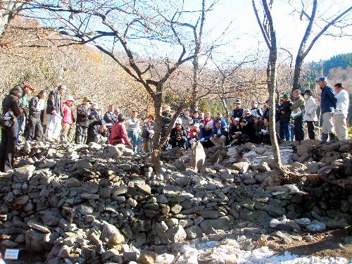 写真:大室241号墳の現地説明会。石を積み上げて古墳が造られている(長野市教育委員会提供)