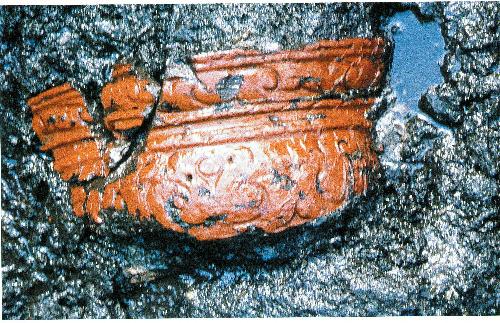 写真:青森県是川中居遺跡から出土した縄文時代の木胎漆器=八戸市教育委員会提供