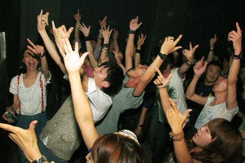 写真:摘発前のクラブ「NOON」で盛り上がる客たち=2010年6月、YOHEY WAKAMOTO氏撮影