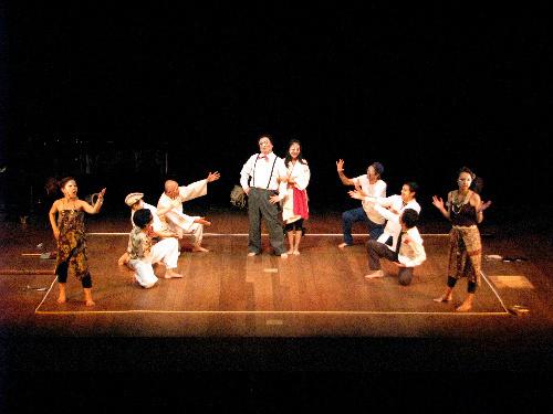 写真:月見の里学遊館で上演された市民参加劇「ゴリ押し結婚」=2009年
