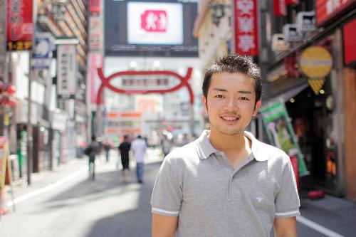 写真:実家は新宿・歌舞伎町で50年以上続くとんかつ屋だ。「この街が僕をおっきく育ててくれた」と杉山さん=新宿区歌舞伎町、恩蔵歩実氏撮影