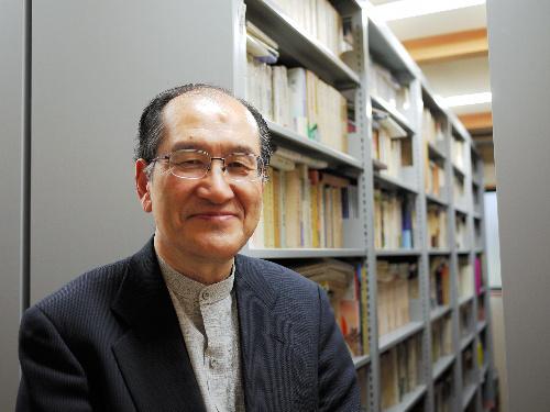 写真:現代俳句協会長に就任した宮坂静生さん。松本市内の自宅書庫で