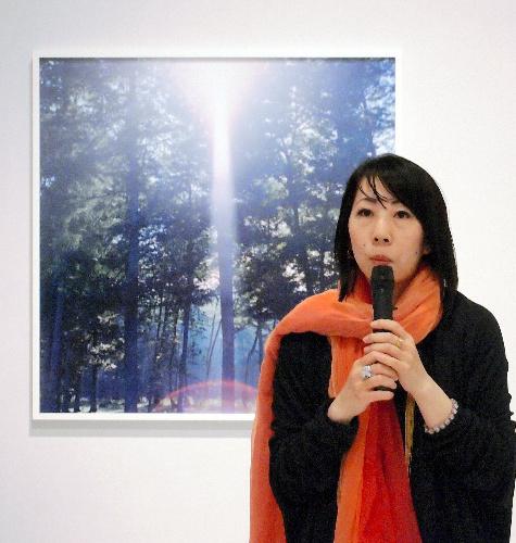 写真:自作の前で語る川内倫子