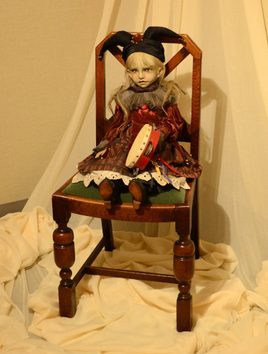 写真:1990年に交通事故で死去した人形作家・天野可淡の「タンバリンを持つ少年」(1990)。独特のなまめかしい魅力を放つ数々の球体関節人形を創作、今なお根強い人気を誇る