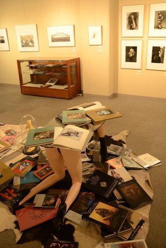 写真:東日本大震災のとき、編集部の床に大判の画集が書架から散らばった光景を再現したという=東京・新宿の紀伊國屋画廊