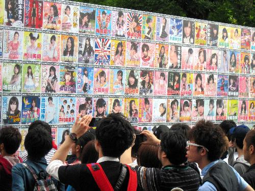 写真:AKB48の「選抜総選挙」。「候補者」であるメンバーのポスターを眺めるファンたち=6日、東京・日本武道館