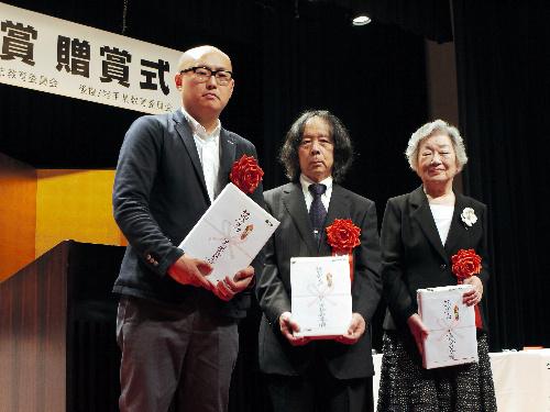 写真:左から須藤洋平さん、佐藤通雅さん、宇多喜代子さん=5月26日午後3時40分、岩手県北上市・詩歌文学館