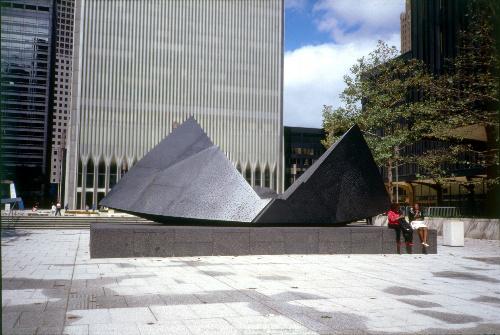 写真:1975年、ミカゲ石、4・3メートル×10メートル×5メートル ナガレスタジオ提供