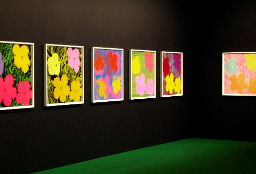 写真:アンディ・ウォーホルの作品が並ぶ展示室