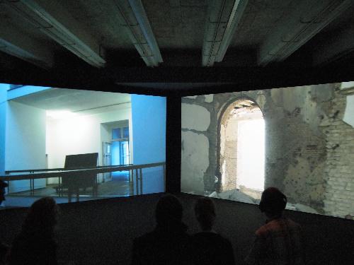 写真:マリアム・ガニの映像作品。カッセルとカブールの二つの建築の内部をさまよう