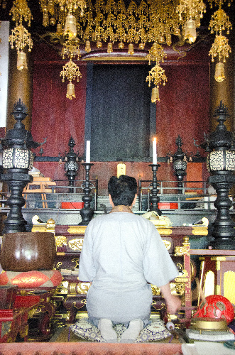 写真:本尊の阿弥陀如来像は避難先に持ち出した。それでも月2度のおつとめは欠かさない=6月15日、福島県富岡町の浄林寺