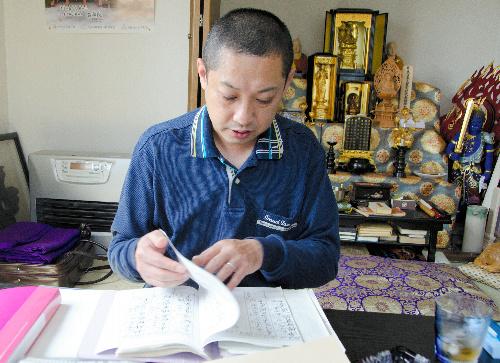 写真:林心澄さんは相馬市の住宅に仮の須弥壇(しゅみだん)を設けた=6月17日、福島県相馬市中村砂子田