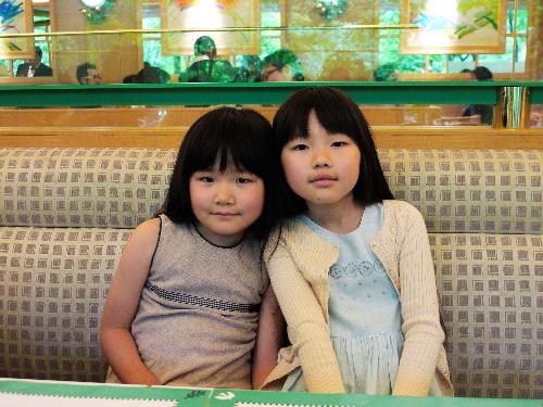 写真:田中瑠璃さん(右)と妹の真理さん=17日午後1時22分