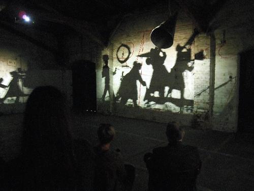 写真:ウィリアム・ケントリッジ(南アフリカ)の映像。影絵が行進する場面