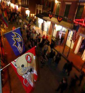 :2月1日、レーベンズと49ersが対決する今年のNFLスーパーボウルでは、テレビ中継の30秒CM枠の値段が平均380万ドル(約3億5000万円)と過去最高に達したという。写真は両チームの旗。ニューオーリンズで1月撮影(2013年 ロイターJeff Haynes)