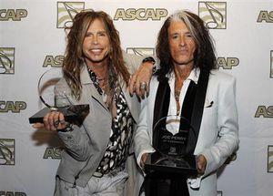 :4月16日、米作曲家作詞家出版者協会(ASCAP)は、米ロックバンド「エアロスミス」のボーカル、スティーブン・タイラー(左)とギタリストのジョー・ペリー(右)の作詞作曲の功績をたたえ、賞を授与する。写真は8日撮影(2013年 ロイター/Fred Prouser)