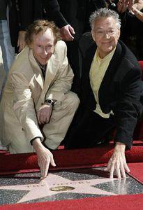 :5月20日、米国の伝説的ロックバンド「ドアーズ」のメンバーで、キーボード担当のレイ・マンザレク氏が、ドイツのローゼンハイムで死去した。写真はギタリストのロビー・クリーガー氏(左)とハリウッドの殿堂入りを祝うマンザレク氏。2007年2月撮影(2013年 ロイター/Gus Ruelas)