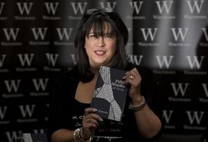 :8月12日、米経済誌フォーブスがまとめた最新の「作家長者番付」は、世界中で大ヒットした官能小説「フィフティ・シェイズ・オブ・グレイ」のE・L・ジェイムズが初登場で1位となった。写真は昨年9月、ロンドンで撮影(2013年 ロイター/Neil Hall)