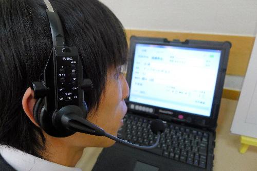 写真:ボイスドゥの専用イヤホン。耳と口元部分にマイクが仕込まれている