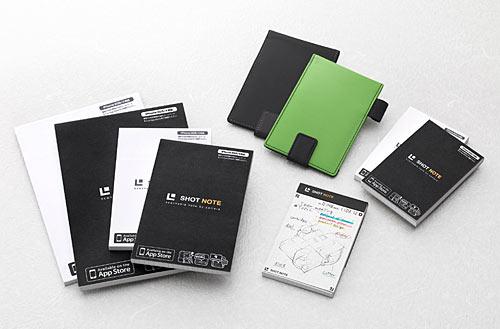 写真:画像1:キングジムが2月7日から発売した新メモ帳「ショットノート」。表紙が白と黒の二種類あり、サイズはSMLの3種。LはA5用紙サイズ大(左)で1冊630円、MはA6用紙(ハガキ)サイズ大(左から3、4つ目)で同451円、SはA7用紙サイズ大(右)で同336円。専用カバー(中央奧)も発売