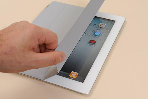 写真:画像6:iPad 2専用カバー「Smart Cover」を装着したiPad 2。写真はポリウレタン素材のグレーモデル。ポリウレタン素材と皮革素材で各5色、計10色ラインナップされる。皮革は塗装でなく「染色」によるもので、高級感がある(撮影:中村宏)
