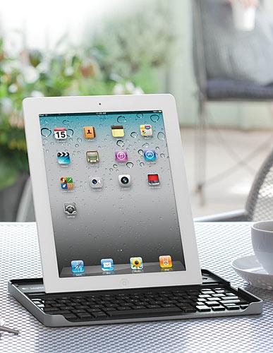 写真:画像3:ロジクールのiPad2用キーボード「キーボードケース For iPad2(TK700)」(実勢価格8980円<税込み>)。配列は英語。キーボードの奥に、iPad2を立てて使える。内蔵バッテリーで動作する