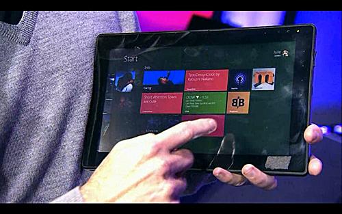 写真:画像2:基調講演で公開された、タッチ対応のウィンドウズ8搭載機。既存のパソコン的な製品だけでなく、タブレットに近いものもより完成度高く作れるようになるのが特徴