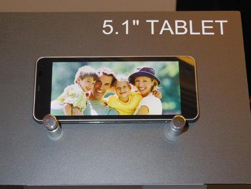 写真:画像4:東芝が発売を予定している5.1型タブレット。縦横比が21:9と、いままでのものより大幅に横長なのが特徴。ウェブの閲覧に使ったり、画面を分割して操作画面を表示したりと、様々な可能性を検討中だという(撮影:西田宗千佳)